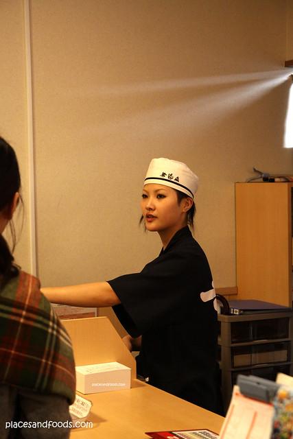 Kura Sushi 無添 くら寿司金閣寺店 kawaii waitress