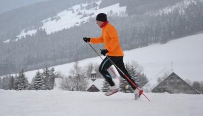 Běh s runningovými holemi skvěle nahradí běžky
