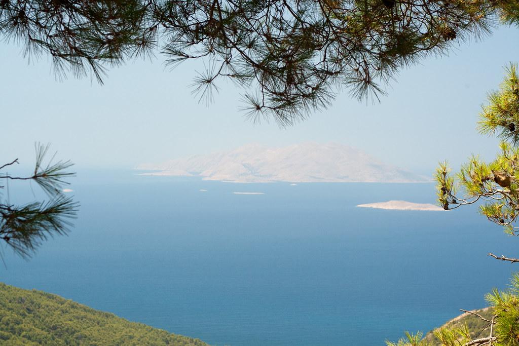 Западное побережье острова (особенно на юге) очень гористое.