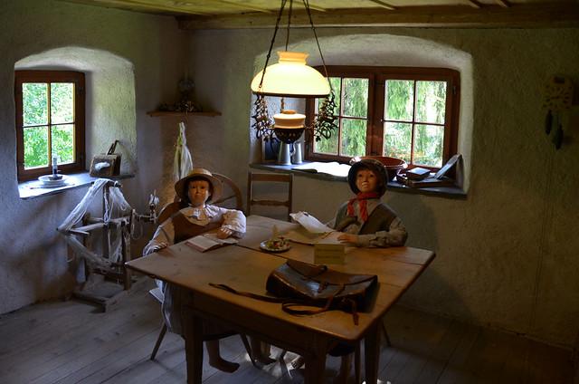Salón de la casa de Heidi con Pedro y la propia Heidi sentados
