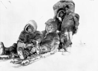 Inuit children sledding near Igluligaarjuk, Nunavut (Chesterfield Inlet, Northwest Territories) / Des enfants inuits font de la luge près d'Igluligaarjuk, au Nunavut (autrefois Chesterfield Inlet, dans les Territoires du Nord Ouest)