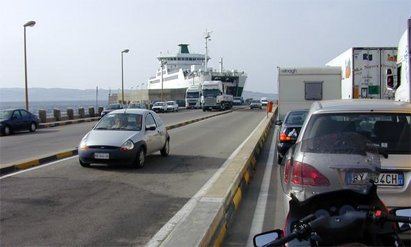 estrecho de Messina: Cola para embarcar y cruzar el estrecho de messina en coche cruzar de italia a sicilia - 12087141945 d1ff7e9820 z - Cruzar de Italia a Sicilia por el estrecho de Messina