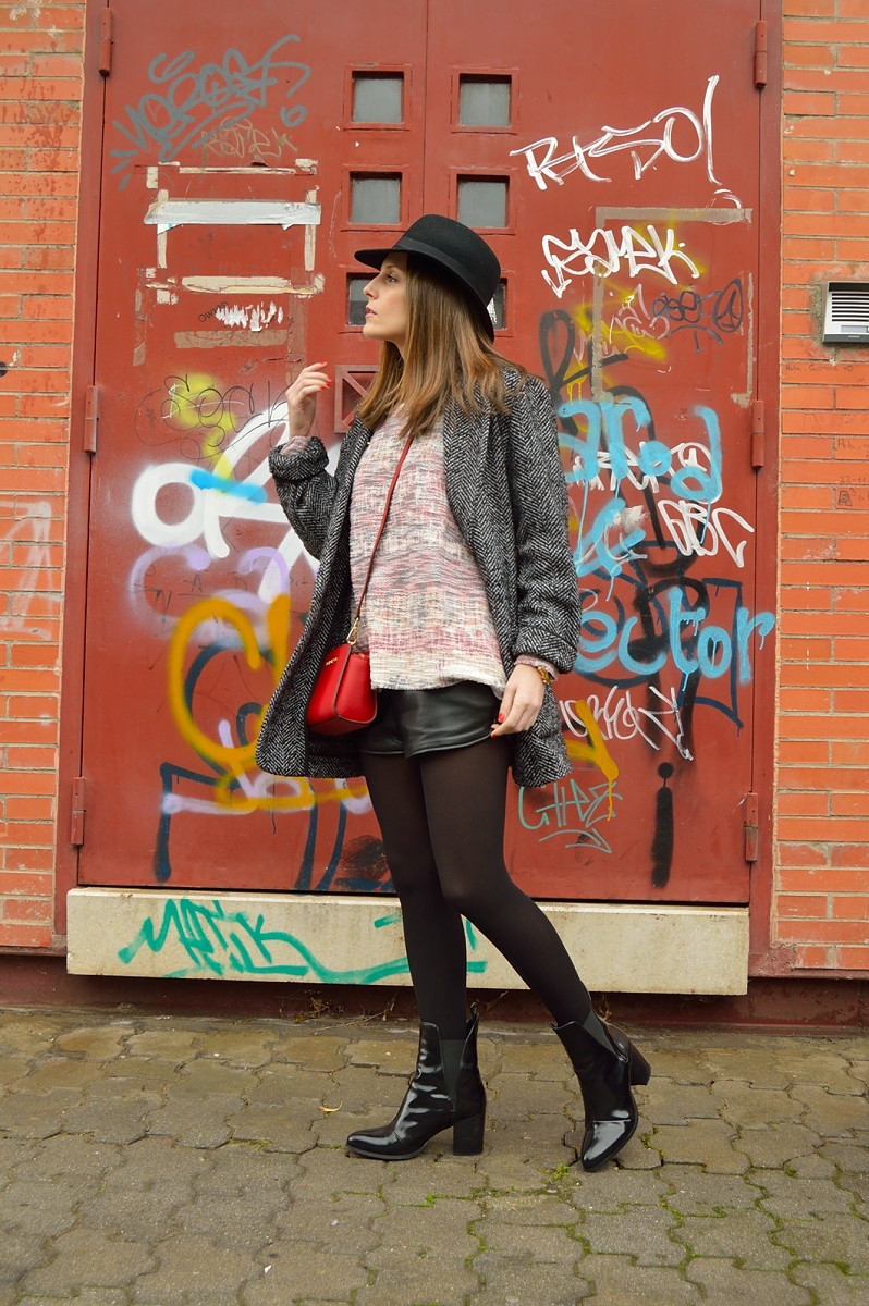 lara-vazquez-madlula-blog-red-bag-hat-winter-fashion-streetstyle-black-outfit