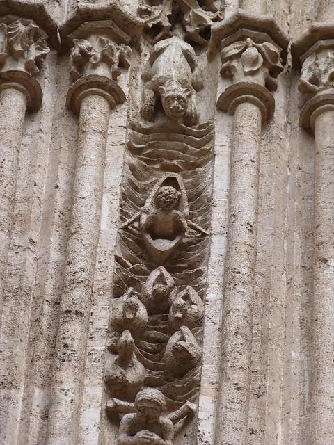 Estatua de la lonja de la seda (Valencia)