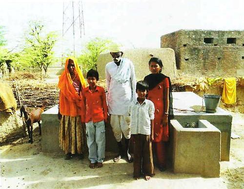 लापोड़िया गाँव में बने टाँके के पास ग्रामीण