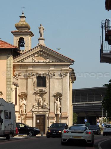 通り過ぎた、彫像の美しい教会