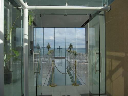 ⑥海に面したガラスの結婚式場 by Poran111