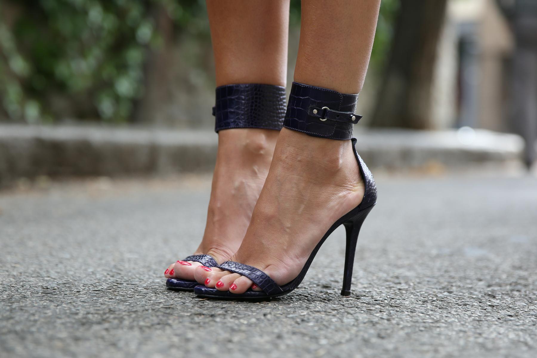 trendy_taste-look-outfit-street_style-ootd-blogger-blog-fashion_spain-moda_españa-yellow_dress-vestido_amarillo-boda-wedding-evento-clutch_pedreria-mas34-sandalias_azules-blue_sandals-5