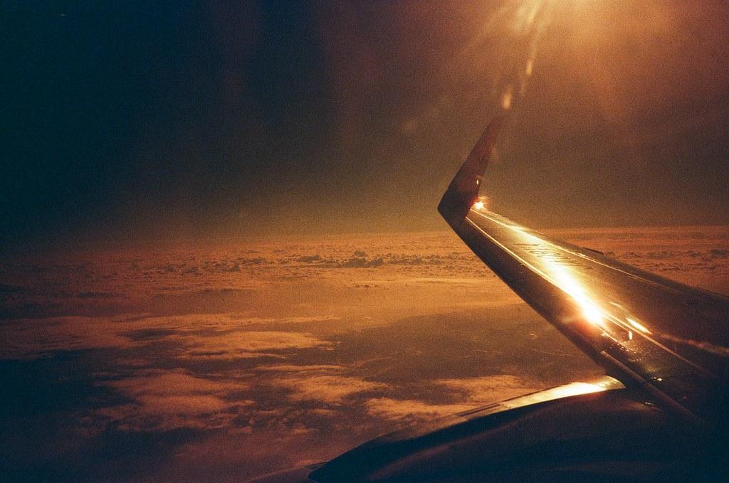 Fly to Hokkaido, Tokyo / Redscale / Lomo LC-A+ 陽光很刺眼,剛好反射到我的窗邊,我記得飛機剛好在調整方向,斜斜歪歪的。  只是沒想到拍出來這麼的暗黃,有點酷!  Lomo LC-A+ Lomography Redscale XR 50-200 35mm 0399-0010 2017-01-22 ISO100 香草航空 Vanilla Air Photo by Toomore