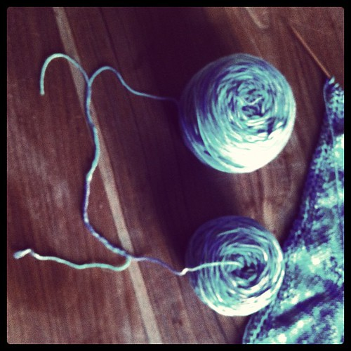 Joining skeins to carry around :) Unire matasse da portare n giro :)