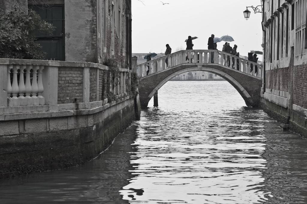 16. Uno de los numerosos puentes de Venecia. Autor, Luca.Sartoni