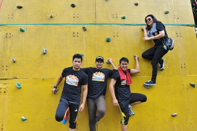 Kamal Adli, Fizz Fairuz, Qazeem Nor dan Sheera Iskandar ketika melakukan aktiviti fizikal Liga Lawak Superstar