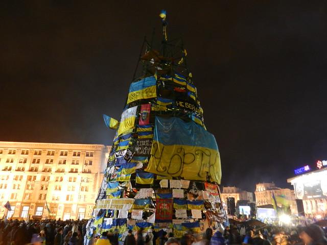 такая елка стоит на Майдане в Киеве