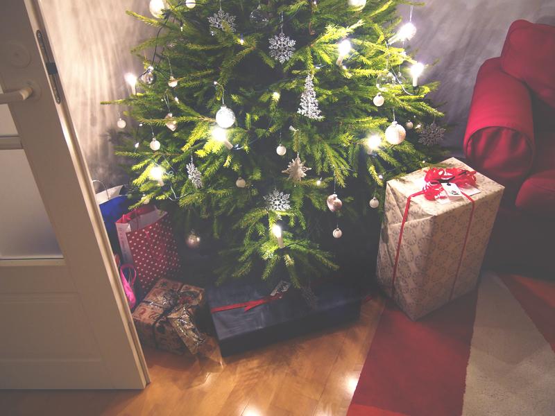 joulukuusi valkohopeilla koristeilla