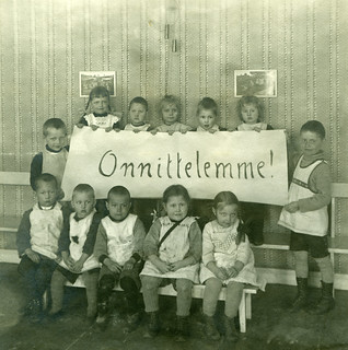 Image of  Lapset. lapset onnittelut pojat tytöt syntymäpäivät lastenvaatteet juhlapäivät ryhmäkuvat lastentarhat