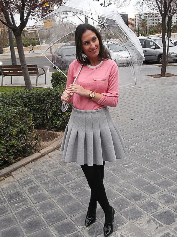 días de lluvia, falda gris de tablas, vuelo, preppy, jersey, coral, lacitos negros, espalda, Abrigo gris, zapatos y bolso negro, paraguas transparente, rainy days, grey pleated skirt, big fullness, preppy, coral sweater, black bows, back, grey coat, black shoes and bag, transparent umbrella, mulaya, h&m, zara, Bershka, naf naf,