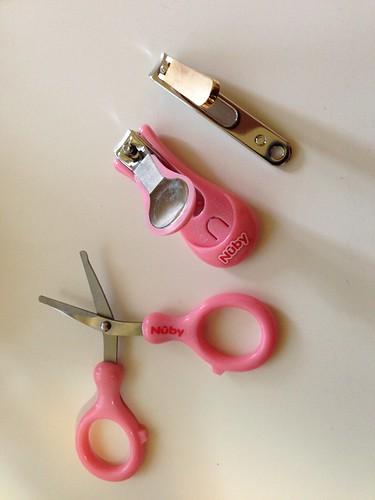 Nuby 指甲護理組:小剪刀有圓頭設計,指甲刀好按壓好拿取
