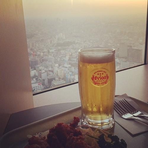 在60樓的展望台上,吃炸雞、喝啤酒、等日落。