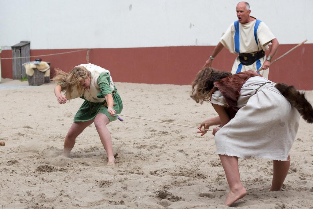 Roman women fight