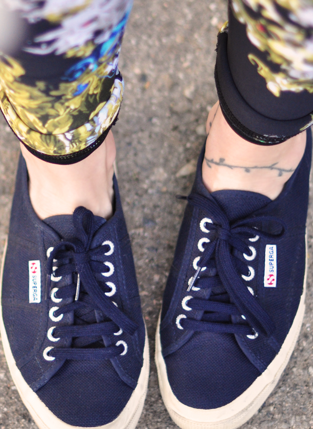 superga sneakers in navy-ankle tattoo-floral wetsuit pants