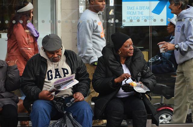 Esperando en la parada del autobús del Bronx
