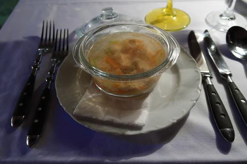 Klare Fischsuppe mit Fischeinlage