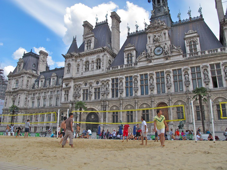 Beach volley on Hotel de Ville, Paris