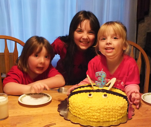 Bee, her sisters and her cake...