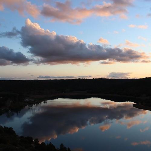 Esta #puestadesol #sunset nos ha regalado hoy  #ruidera #lagunasderuidera. Los colores de #lamancha en #invierno. #sunset #sunrise #sun #TagsForLikes #TFLers #pretty #beautiful #red #orange #pink #sky #skyporn #cloudporn #nature #clouds #horizon #photooft