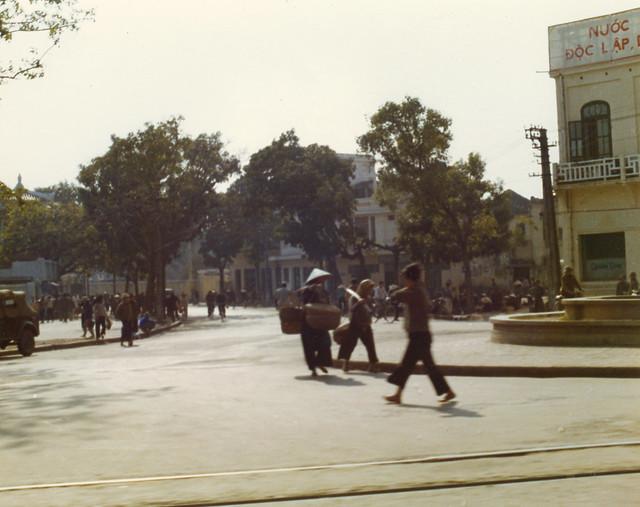 Hanoi Street Scene, Dec. 1975 - Quảng trường Đông Kinh Nghĩa Thục