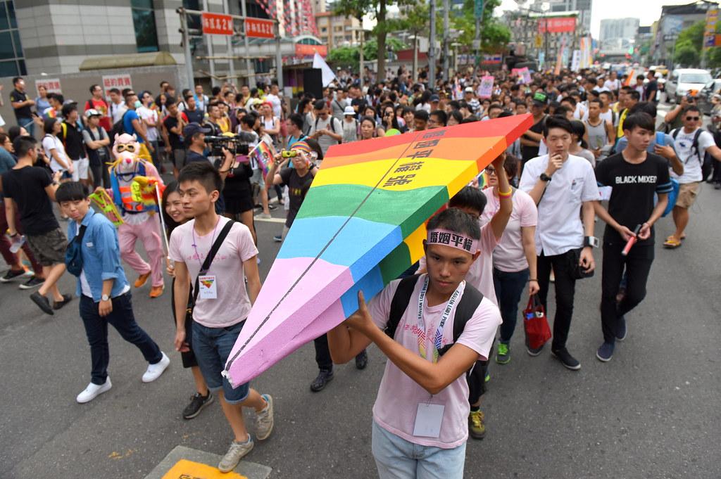 伴侶盟發起婚姻平權遊行自國民黨中央黨部出發,參與者抬著「婚姻平權號」大型紙飛機,象徵法案及遊行活動乘著「平等」與「平安」的雙冀航向立法院。(攝影:宋小海)