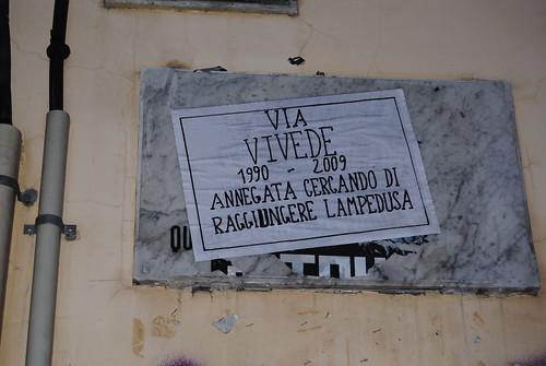 Le strade di Napoli parlano chiaro: Lampedusa strage di Stato!