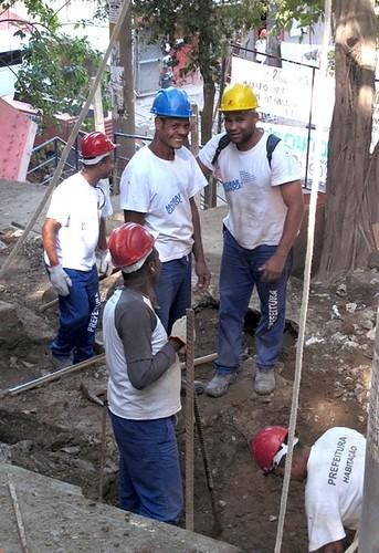 Morar Carioca workers (by: Paula Alvarado, courtesy of Treehugger.com)