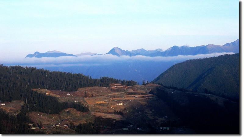 820林道西眺,前為大小劍連稜,後為雪山西稜