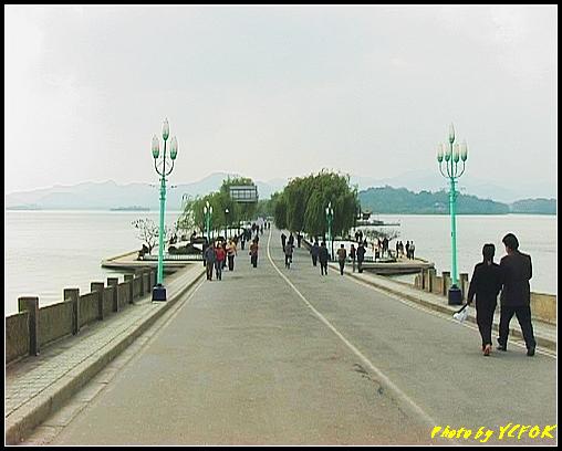 杭州 西湖 (其他景點) - 130 (從白堤的斷橋上看白堤)