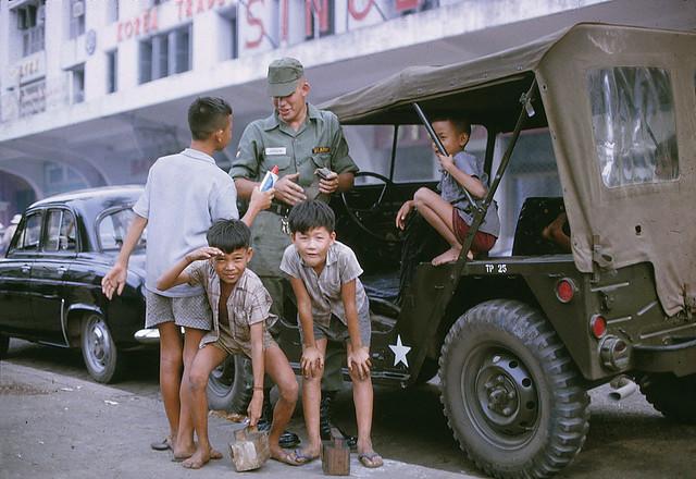 SAIGON 1966 - US ARMY SOLDIER & KIDS - Đường Lê Lợi, Thương xá TAX