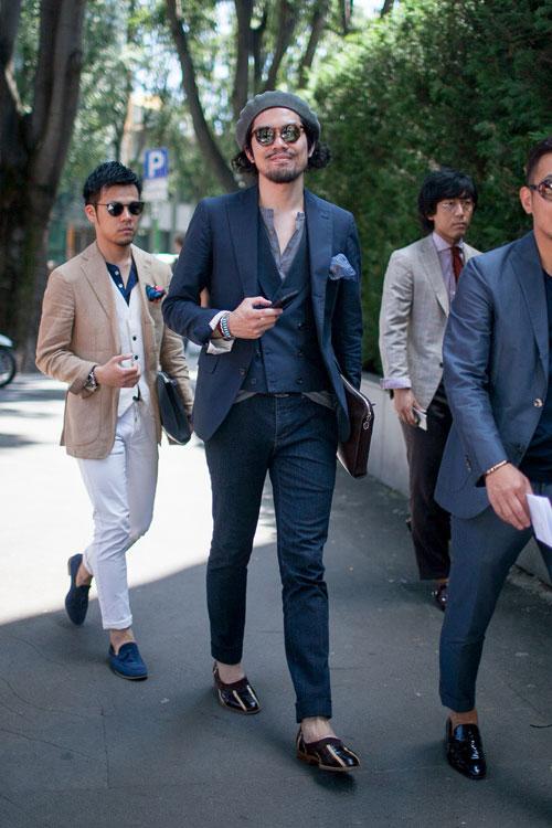 紺テーラードジャケット×デニムパンツ×黒スリッポン