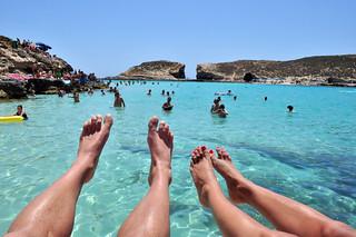 Nuestros pies sobre al agua Blue Lagoon de Comino en Malta, paraíso Mediterráneo - 9173120543 d421d6210b n - Blue Lagoon de Comino en Malta, paraíso Mediterráneo