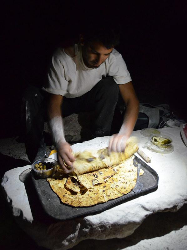 Cocinando en el desierto la cena, pitas con queso