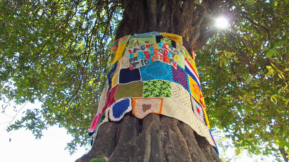 Un Gran árbol ataviado con distintas inscripciones realizadas en crochet saluda a los visitantes en una de las tantas entradas de Loma San Jerónimo. (Tetsu Espósito).