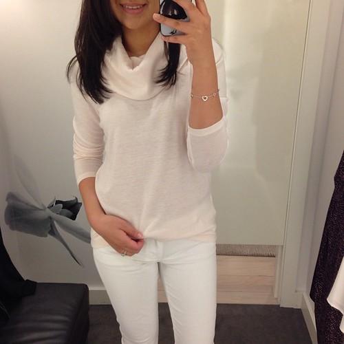 喜欢#AnnTaylor的褶皱高领毛衣(穿着MP码)。他们有这么多漂亮的上衣广告连衣裙,以40%的折扣出售。