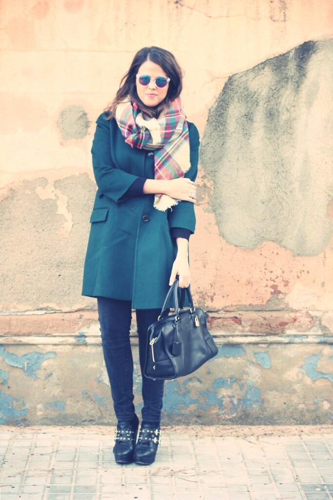Look abrigo verde + bufanda de cuadros