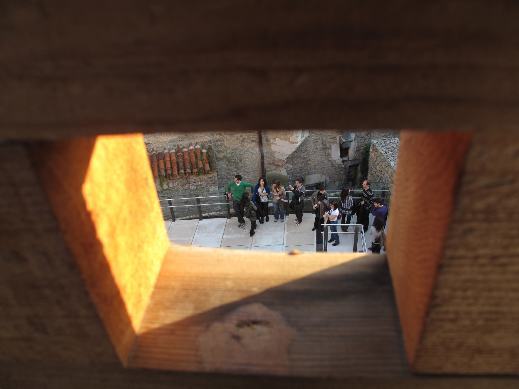 muralla vitoria_restauracion_cedro rojo_agujero