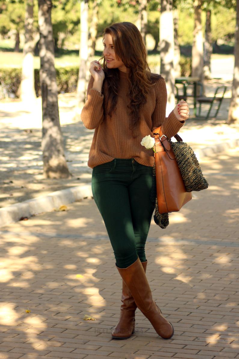 pantalones-verdes-con-jersey-marrón-heelsandroses-(4)