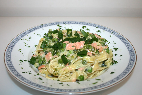 41 - Tagliatelle mit Erbsencreme & Räucherlachs - Seitenansicht / Tagliatelle with pea cream & smoked salmon - Side view