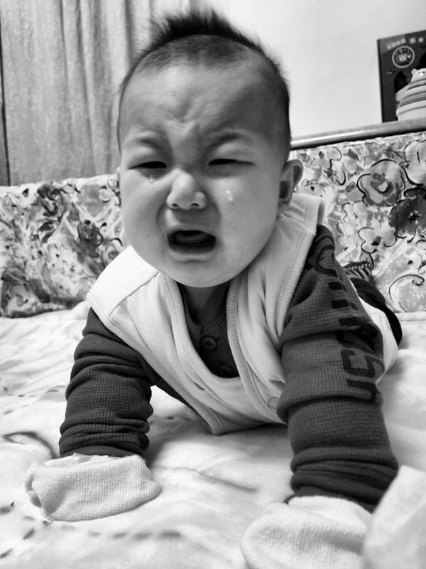 然後因為吵到哥哥被帶開,想睡不會自己睡就哭哭了