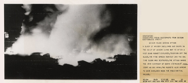 VIETNAM WAR PHOTO - SAIGON BLAZE DURING ATTACK