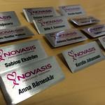 Tydliga namnskyltar till personalen på Novasis.