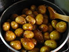 調味料を入れて絡めながら炒り煮にします