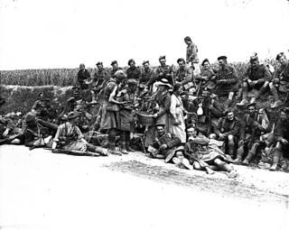 Scottish Canadian soldiers buying oranges from local girls, May 1917 / Des soldats canadiens d'origine écossaise achètent des oranges vendues par de jeunes femmes du pays, mai 1917